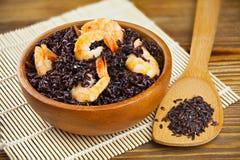 Pilau com camarão do arroz preto selvagem na tabela Fotografia de Stock Royalty Free