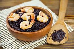 Pilau com camarão do arroz preto selvagem na tabela Fotografia de Stock