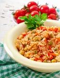 Pilau com galinha, cenoura e as ervilhas verdes Fotografia de Stock