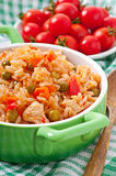 Pilau com galinha, cenoura e as ervilhas verdes Imagem de Stock