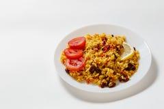 Pilau de Bulgur com feijões, bérberis, paprika, alho, tomate, limão e especiarias no fundo branco Imagem de Stock