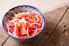 Pilau e salada do achichuk na placa feito a mão no fundo de madeira Fotografia de Stock Royalty Free