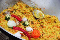 Pilau in een wok wordt gekookt die stock foto