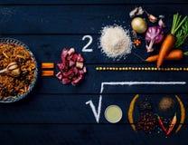 Pilau en ingrediënten Hoe te Cook Pilaf Centraal-Aziatische keuken - Plov Hoogste menings donkere houten achtergrond Stock Foto
