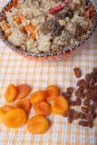Pilau in Turkse kom met droge abrikozen en rozijnen Royalty-vrije Stock Foto's