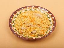 Pilauschotel, bulgur tarwe met vlees op ceramische plaat Stock Afbeelding
