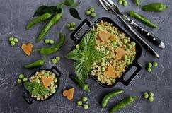 Pilav από bulgur με τα λαχανικά, τα καρότα, τα πράσινα μπιζέλια και τη φρέσκια μέντα στοκ εικόνες