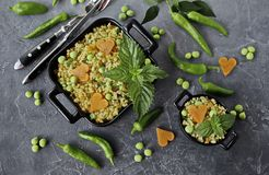 Pilav από bulgur με τα λαχανικά, τα καρότα, τα πράσινα μπιζέλια και τη φρέσκια μέντα στοκ φωτογραφία με δικαίωμα ελεύθερης χρήσης