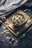 Pilaw traditionnel national méditerranéen délicieux frais de plat de fruits de mer avec du riz et des moules Photographie stock