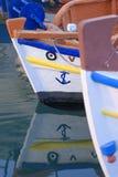 Pilbågar av grekiska fiskebåtar royaltyfria bilder