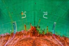 Pilbågarna av ett lastfartyg arkivfoton