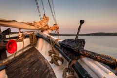 Pilbåge av årig segelbåt 101 med ankaret Royaltyfri Foto