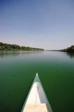 Pilbåge av en canue på floden Sava nära Belgrade, Serbia royaltyfri foto