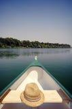 Pilbåge av en kanot på floden Sava nära Belgrade, Serbia Fotografering för Bildbyråer