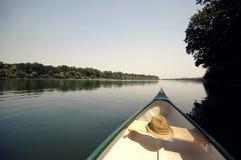 Pilbåge av en kanot på floden Sava nära Belgrade, Serbien Royaltyfri Bild
