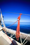 Pilbåge av en segelbåt i det lugnaa blåtthavet Royaltyfri Fotografi
