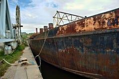 Pilbåge av ett gammalt rostigt skepp royaltyfria bilder