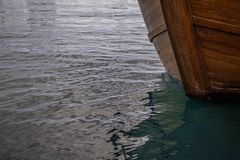 Pilbåge av ett träfartyg på vattnet royaltyfri foto