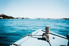 Pilbåge av fartyget med tropiskt vatten royaltyfria foton