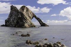 Pilbåge Fiddle Rock, Portknockie, Skottland arkivfoton