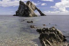 Pilbåge Fiddle Rock, Portknockie, Skottland royaltyfria foton