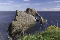 Pilbåge Fiddle Rock, Portknockie, Skottland royaltyfri foto