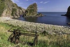 Pilbåge Fiddle Rock, Portknockie, Skottland fotografering för bildbyråer