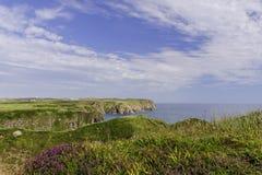 Pilbåge Fiddle Rock, Portknockie, Skottland arkivfoto