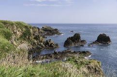 Pilbåge Fiddle Rock, Portknockie, Skottland arkivbilder