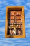 Pilbåge i fönstret Arkivbild