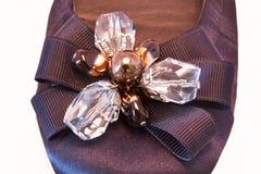 Pilbåge med bergkristaller på kvinnornas sko Royaltyfri Fotografi