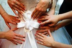 Pilbåge på en bröllopsklänning royaltyfria foton
