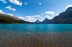 Pilbåge sjö och berg i bakgrunden Arkivfoto