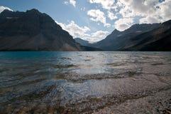 Pilbåge sjö och berg i bakgrunden Royaltyfria Bilder