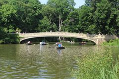 Pilbågebro, den mest romantiska bron i Central Park New York fotografering för bildbyråer