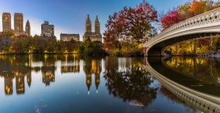 Pilbågebro på den New York Central Park Arkivbild