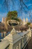 Pilbågebro, sjön, Central Park, NYC Royaltyfria Bilder