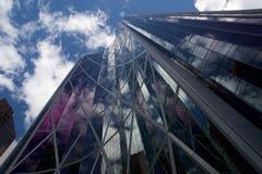 Pilbågedal som bygger Calgary med reflekterade moln Royaltyfria Foton