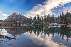 Pilbågeflodbro och berg Rundle Banff Alberta Canada Arkivbilder