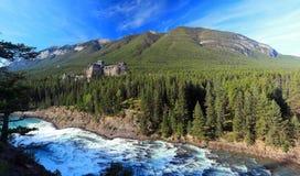 Pilbågeflodnedgångar och Banff Springs Hotel, Banff nationalpark, Alberta Royaltyfria Foton