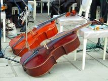 Pilbågeinstrument för två violoncell i orkester på etapp fotografering för bildbyråer
