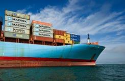 Pilbågen av en enorm behållareshipCornelia Maersk på förankrat i vägarna Nakhodka fjärd Östligt (Japan) hav 17 09 2015 arkivbilder