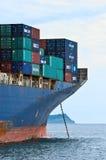 Pilbågen av en enorm för CMA för behållareskepp Marlin CGM på förankrat i vägarna Nakhodka fjärd Östligt (Japan) hav 02 08 2015 Royaltyfri Foto