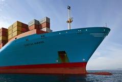 Pilbågen av ett enormt behållareskepp Cornelia Maersk på förankrat i vägarna Nakhodka fjärd Östligt (Japan) hav 17 09 2015 Royaltyfri Bild