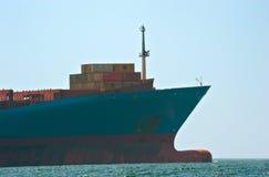Pilbågen av ett enormt behållareskepp Georg Maersk i vägarna Nakhodka fjärd Östligt (Japan) hav 26 04 2015 Arkivbilder