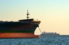 Pilbågen av ett enormt behållareskepp MOL Contribution ankrade Nakhodka fjärd Östligt (Japan) hav 31 03 2014 Royaltyfri Fotografi