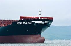 Pilbågen av ett enormt behållareskepp MSC Meline på förankrat i vägarna Nakhodka fjärd Östligt (Japan) hav 22 07 2015 fotografering för bildbyråer