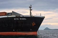 Pilbågen av ett enormt behållareskepp NYK Rigel ankrade Nakhodka fjärd Östligt (Japan) hav 02 07 2015 Royaltyfri Foto