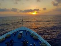 Pilbågen av ett skepp under solnedgång arkivfoto