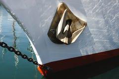 Pilbågen av ett vitt skepp royaltyfri bild